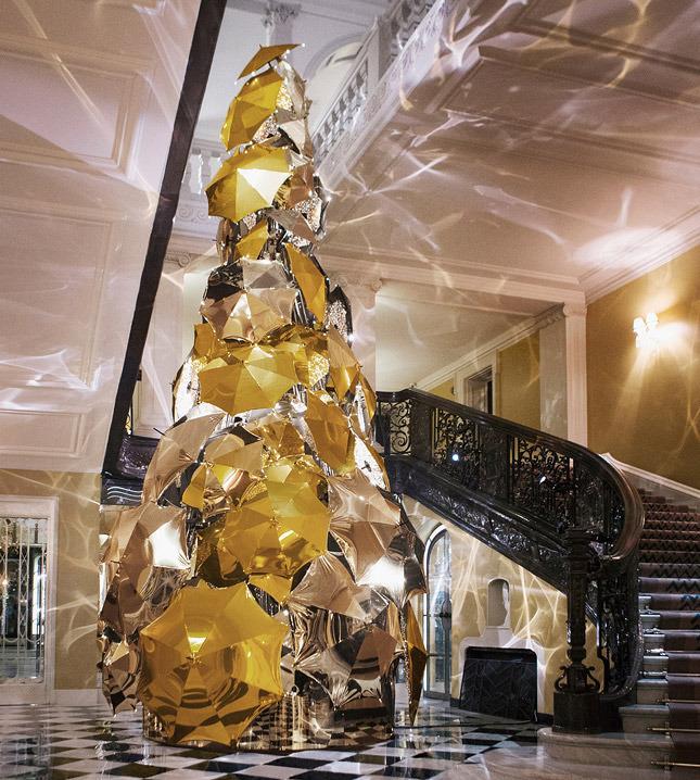 Рождественская елка Burberry из золотых и серебряных зонтиков